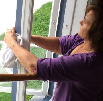 Birgitta putsar fönster